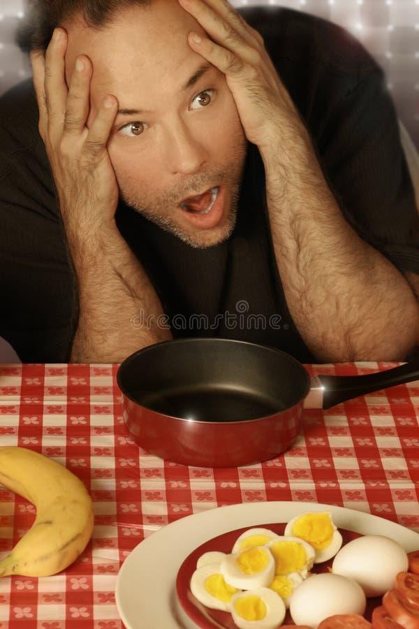 Homme à la table photos stock