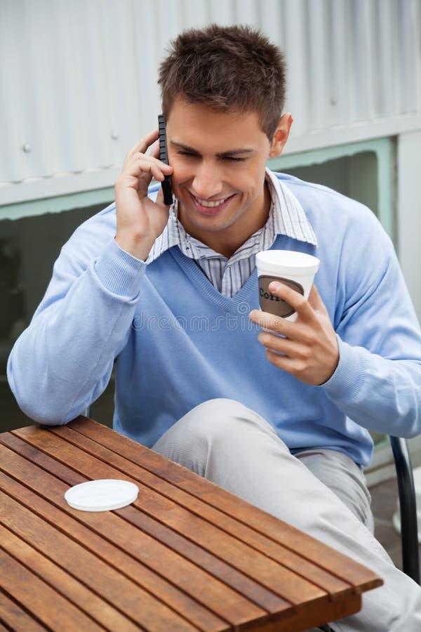 Homme à un appel au café photos stock