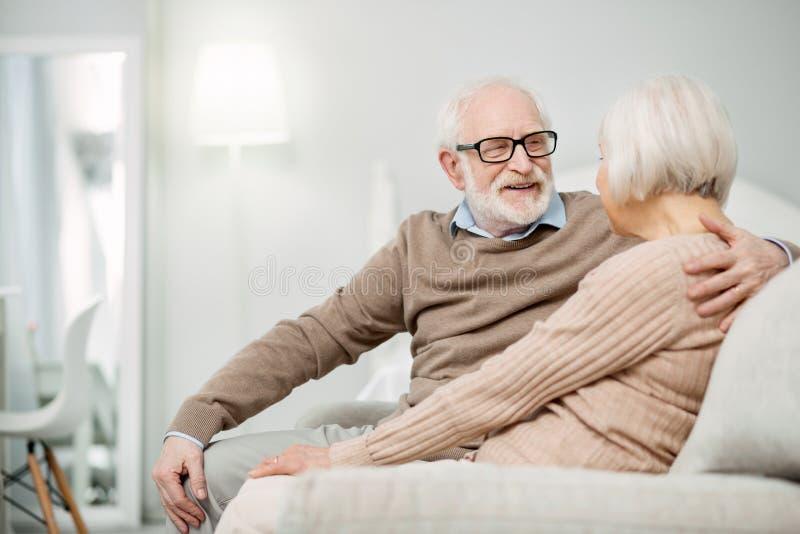 Homme âgé agréable passant le temps avec son épouse images stock
