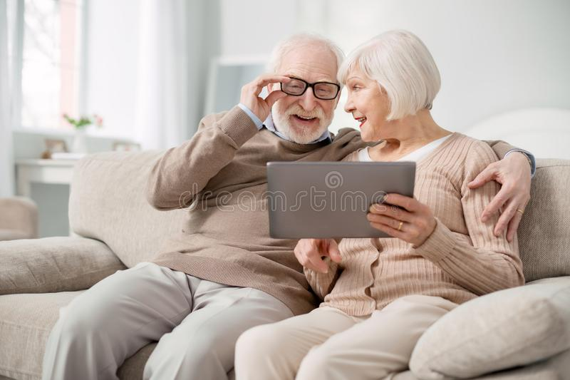 Homme âgé avec plaisir fixant ses verres image libre de droits