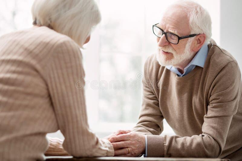 Homme âgé avec plaisir regardant son épouse aimée photo libre de droits