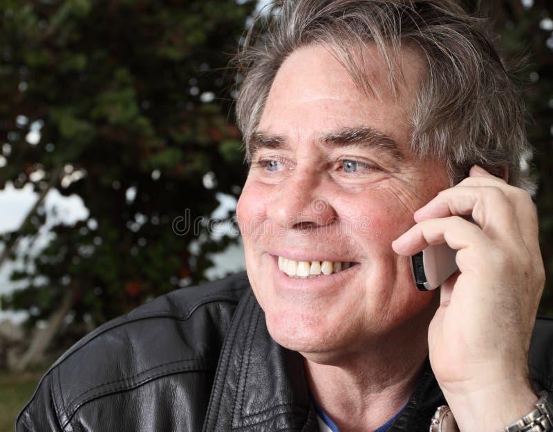 Homme âgé moyen au téléphone image libre de droits