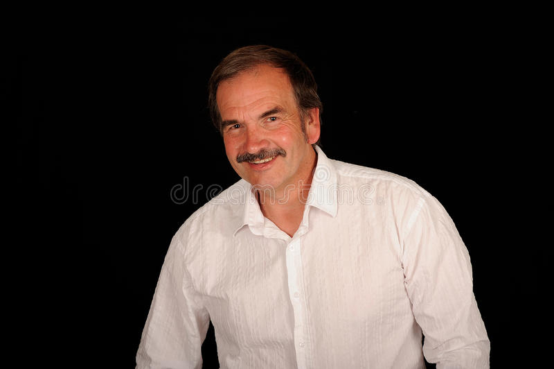 Homme âgé moyen dans la chemise blanche image libre de droits