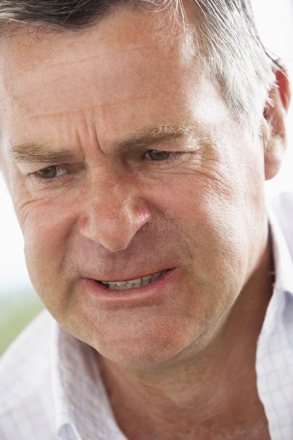Homme âgé moyen fronçant les sourcils image libre de droits