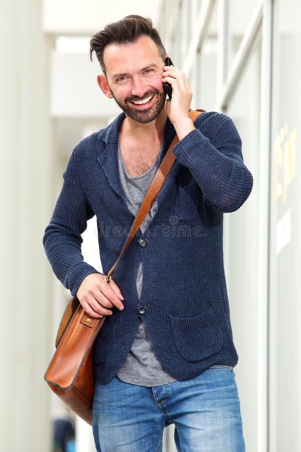Homme âgé par milieu beau parlant sur le téléphone portable images stock
