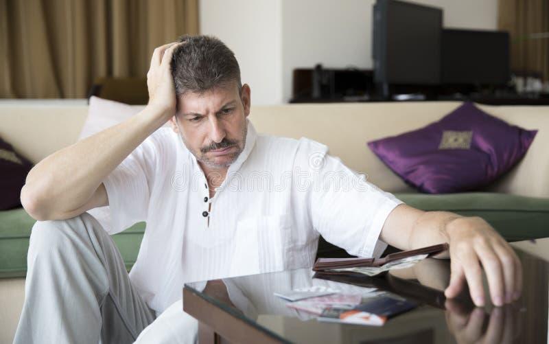 Homme âgé par milieu dans la dette images libres de droits