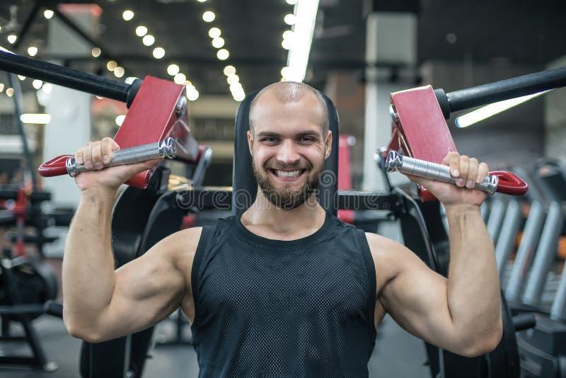 Homme âgé sportif de bodybuilder fort brutal pompant le fond de concept de bodybuilding de séance d'entraînement de muscles - bod photo stock
