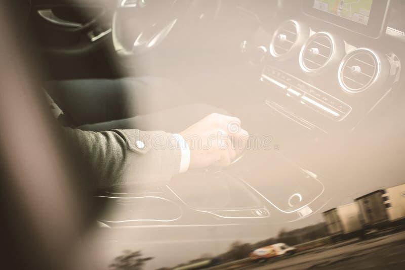 Homme échangeant la vitesse photo libre de droits