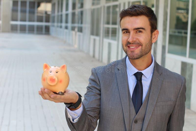 Homme économe prenant soin de son avenir photos libres de droits