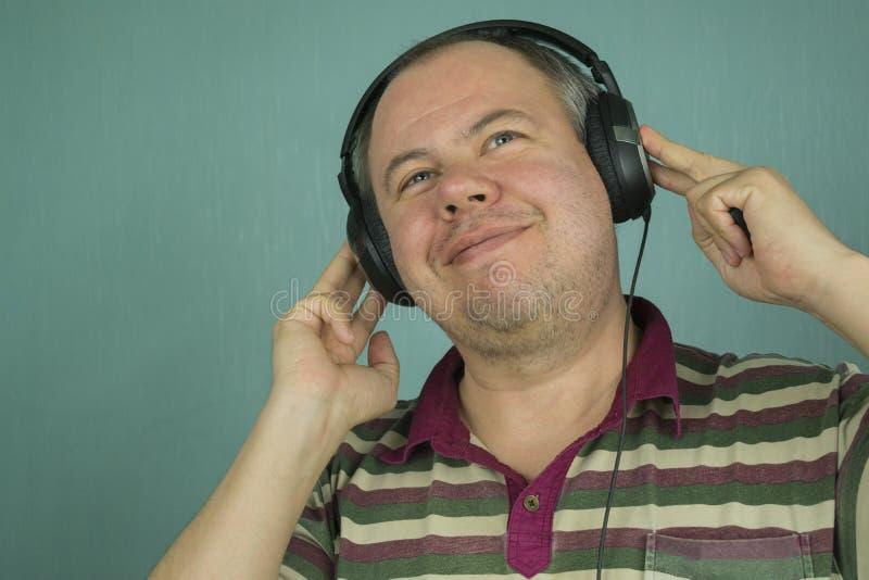 Homme écoutant la musique sur des écouteurs images libres de droits