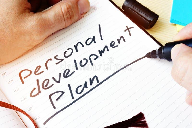 Homme écrivant le programme de développement personnel image stock