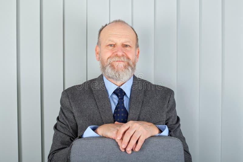 Homme élégant âgé au bureau photo libre de droits