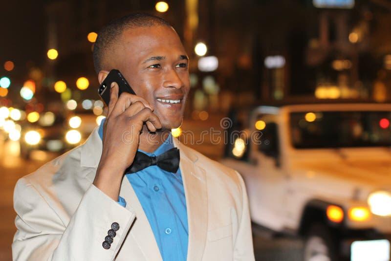 Homme élégant élégant appelant par le téléphone images libres de droits