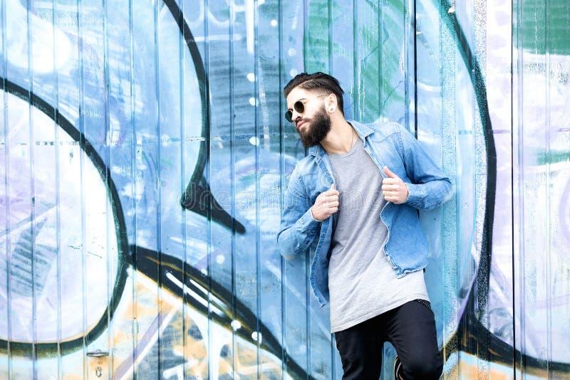 Homme élégant avec la barbe et les vêtements décontractés images libres de droits