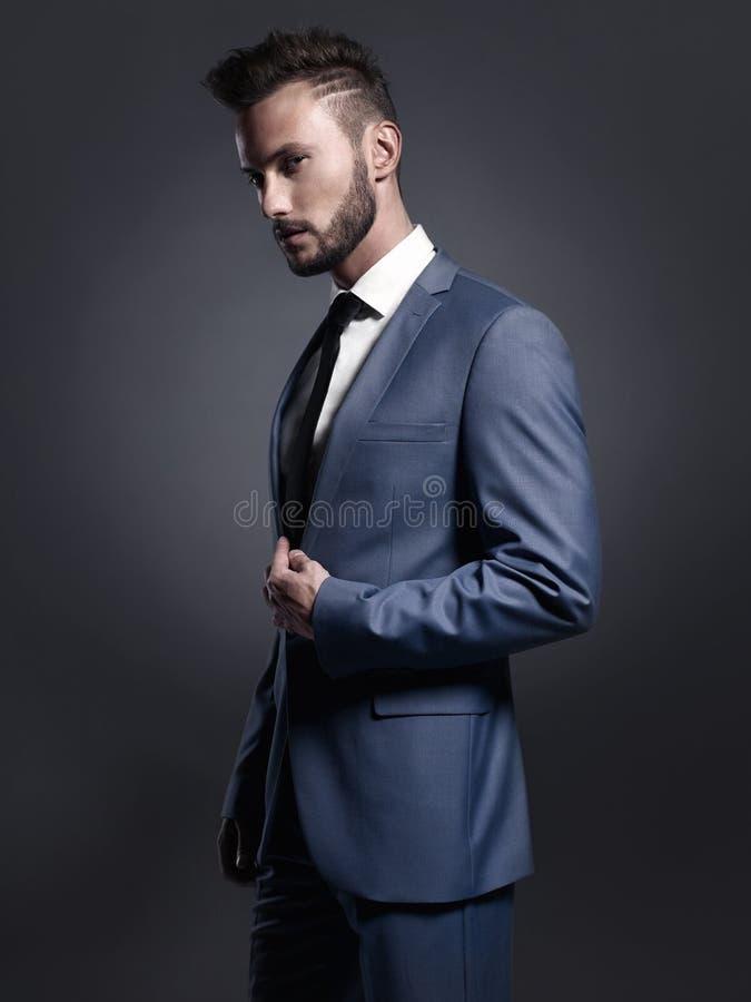 Homme élégant bel dans le costume bleu images libres de droits