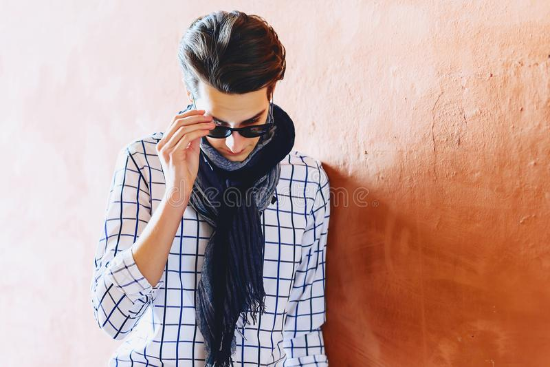 Homme élégant dans des lunettes de soleil sur la rue photo stock