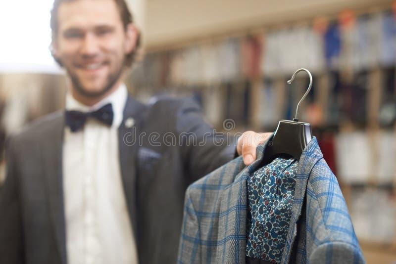 Homme élégant dans le costume avec le noeud papillon dans le magasin masculin photos libres de droits