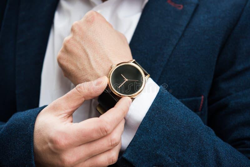 Homme élégant dans le costume bleu, main du ` s d'homme d'affaires avec la mode aucun Br photo stock