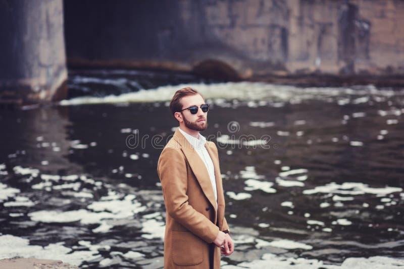 Homme élégant dans le manteau photos libres de droits
