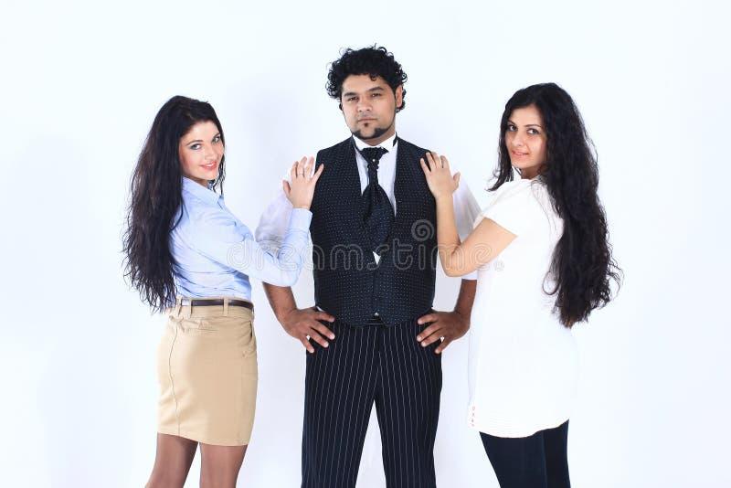 Homme élégant et deux jeunes femmes D'isolement sur le blanc image stock