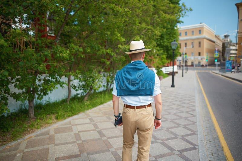 homme élégant marchant sur une rue de ville image libre de droits