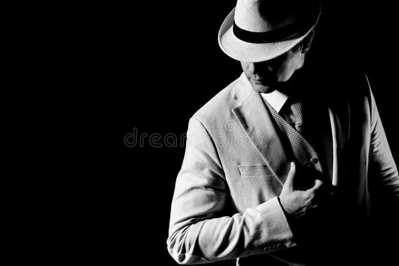 Homme élégant posant dans l'obscurité photo stock