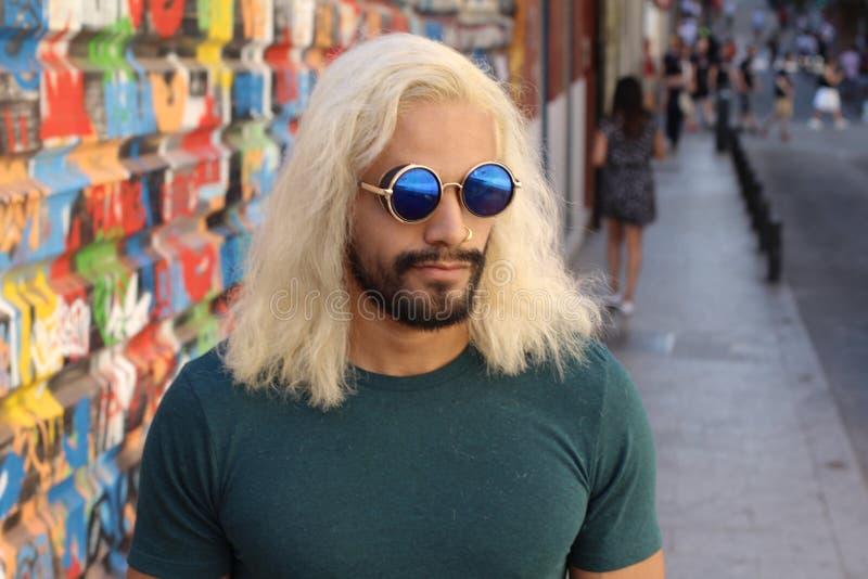 Homme énervé avec les lunettes de soleil fraîches photo libre de droits