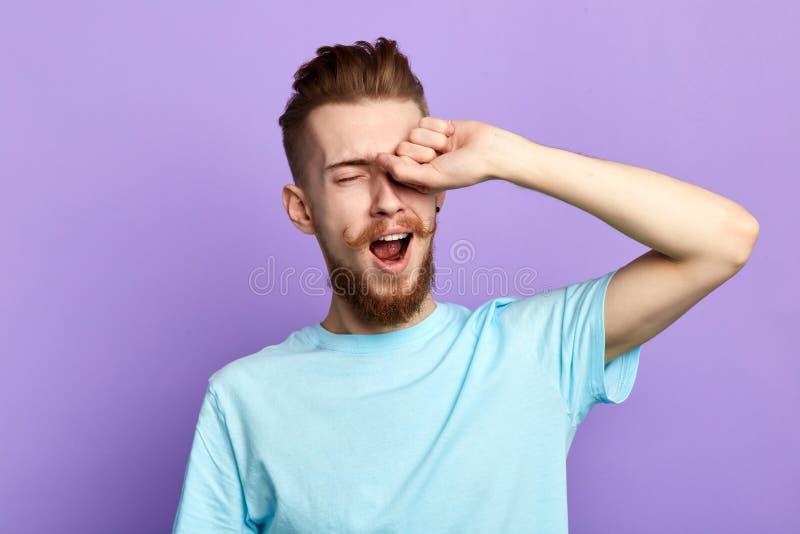 Homme épuisé bel baîllant pendant le matin images stock