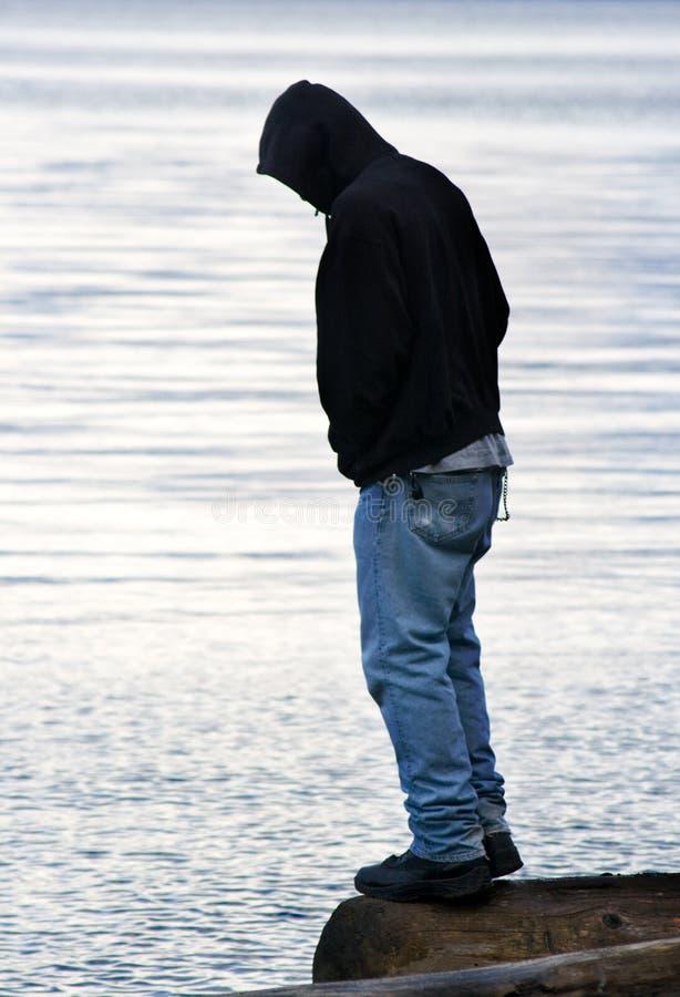 Homme équilibrant sur l'eau   photos libres de droits