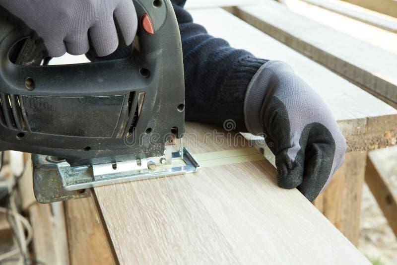 Homme étendant le plancher en stratifié dans le concept de construction Construction, concept de réparation images libres de droits