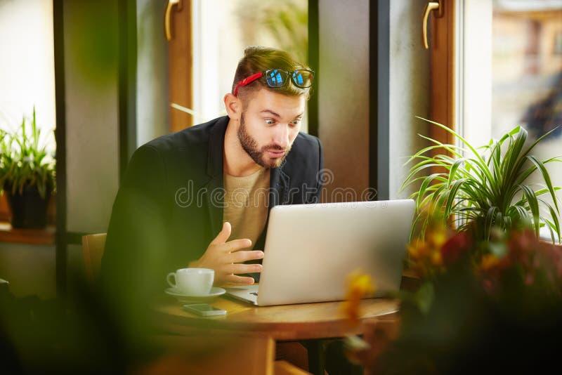 Homme étonné à l'ordinateur portable images stock