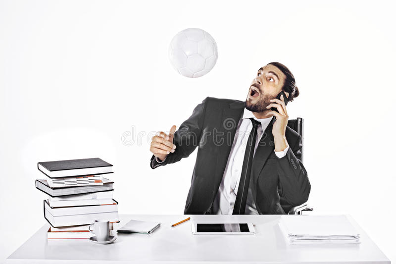 Homme étonné d'affaires frappant la boule avec la tête photo stock