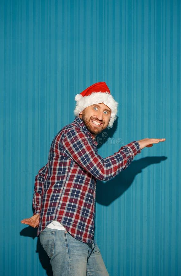 Homme étonné de Noël utilisant un chapeau de Santa photographie stock libre de droits