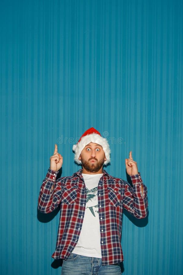 Homme étonné de Noël utilisant un chapeau de Santa photos libres de droits