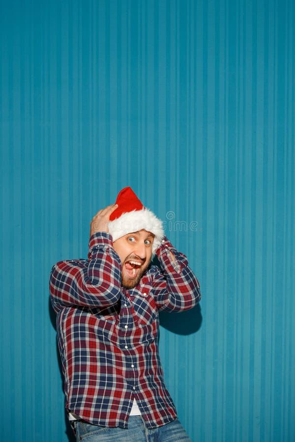 Homme étonné de Noël utilisant un chapeau de Santa image libre de droits