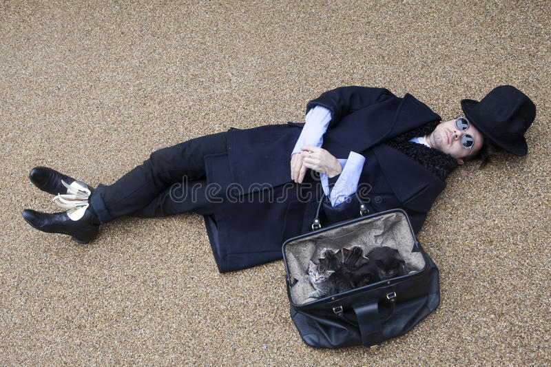 Homme étrange portant le manteau noir image libre de droits