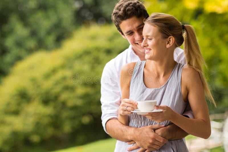 Homme étreignant l'épouse photo stock