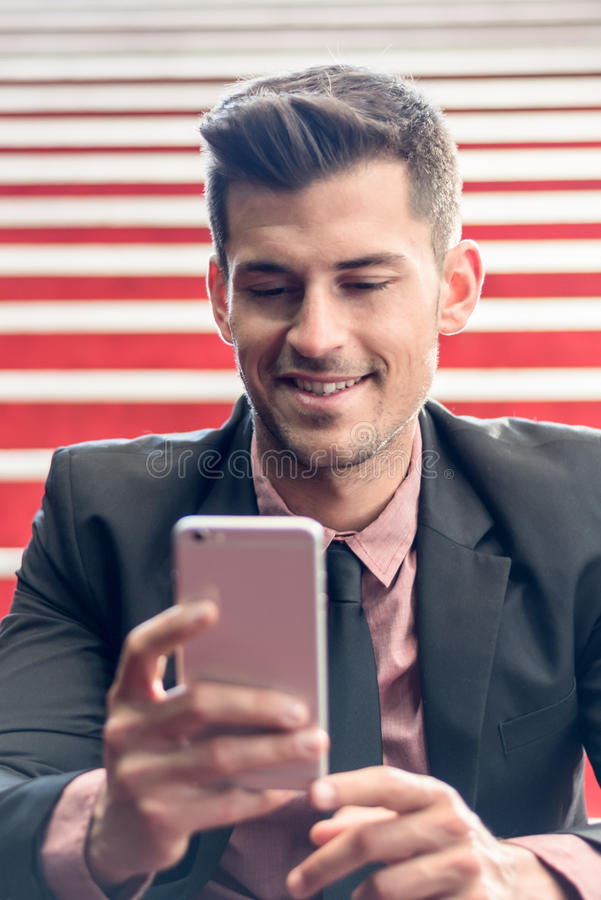 Homme étroit avec un téléphone portable images libres de droits