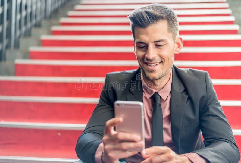 Homme étroit avec un téléphone portable image libre de droits