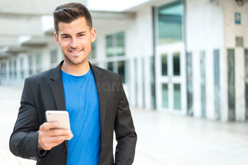 Homme étroit avec un téléphone portable images stock