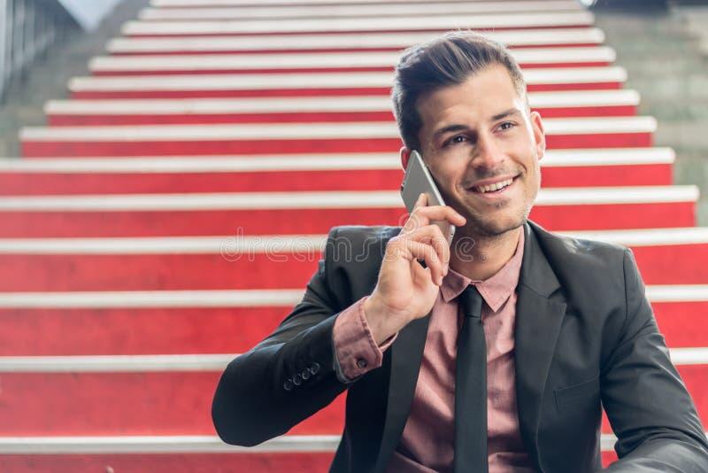 Homme étroit avec un téléphone portable image stock