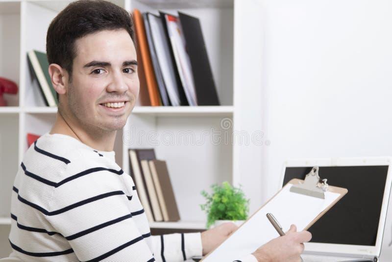 Homme étudiant à la maison sur votre bureau images stock