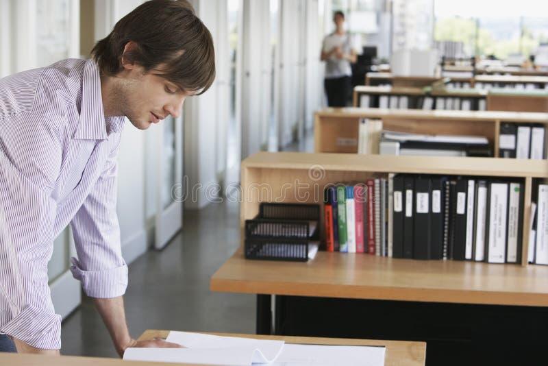 Homme étudiant le modèle dans le bureau photo stock