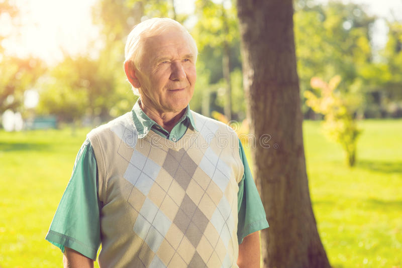 Homme aîné à l'extérieur photographie stock libre de droits