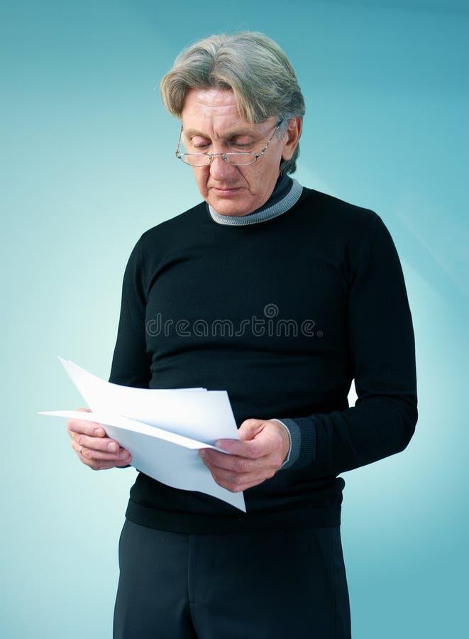 Homme aîné affichant les journaux importants photo libre de droits