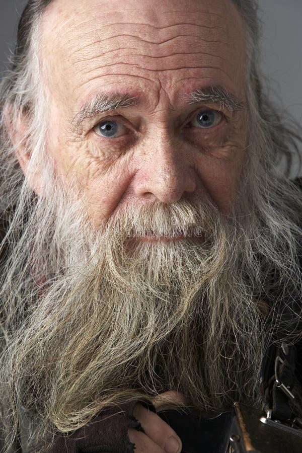 Homme aîné avec la longue barbe