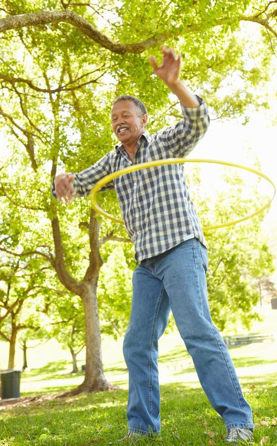 Homme aîné avec le hula-cercle photo stock