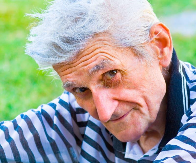 Homme aîné avec le sourire de sagesse photographie stock libre de droits