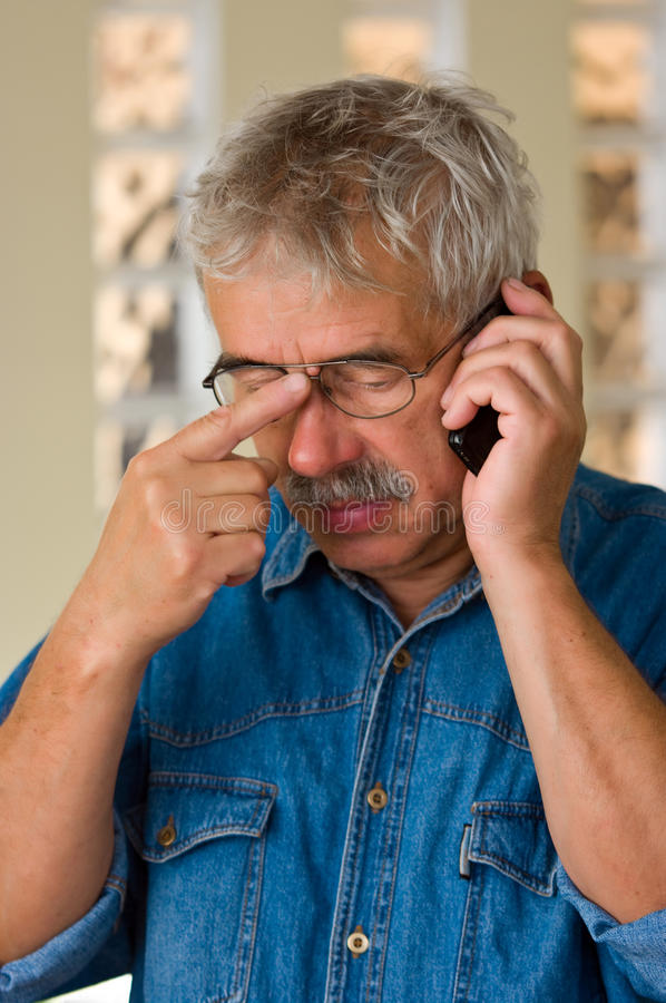 Homme aîné avec le téléphone photos stock