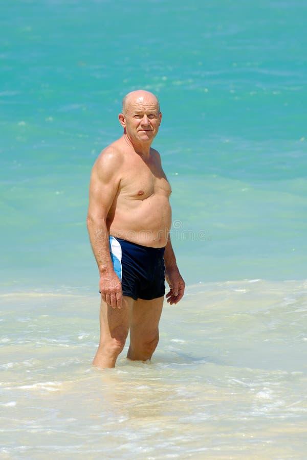 Homme aîné dans l'eau photos stock